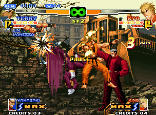 The King of Fighters 2000 Neo Geo Game paused when Terry Bogard and Ryo Sakazaki are being massively attacked by opponent Strikers.