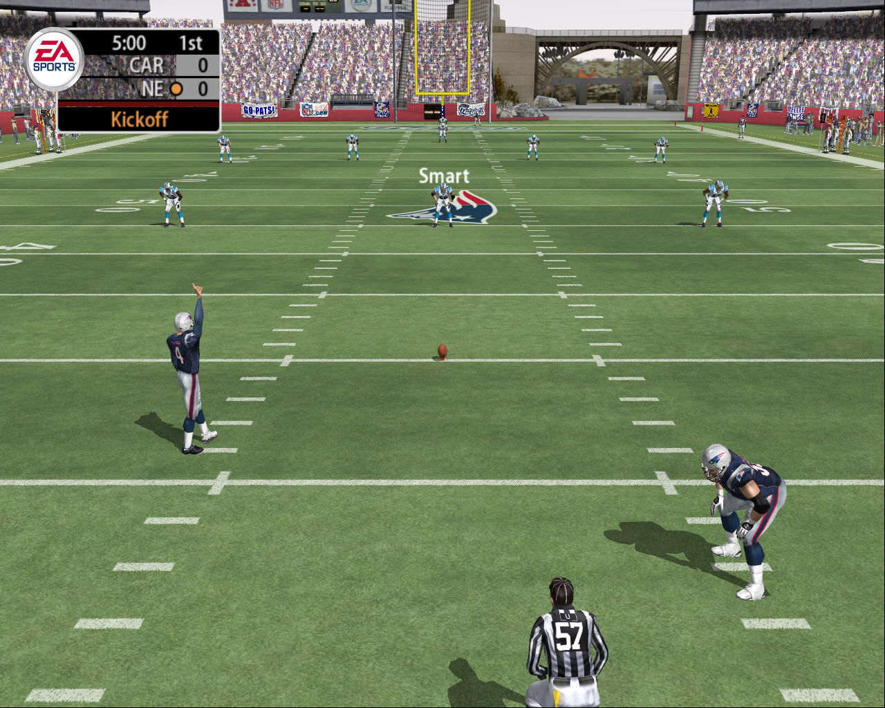 Madden NFL 2005 Windows The player gives a sign that he is ready to perform the opening kick.